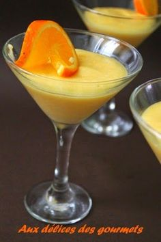 La mousse à l' orange fait partie de mes desserts préférés.Voici une version crémeuse et bien légère. La préparation de la mou... Dessert Mousse, Mousse Fruit, Creme Dessert, Cookie Desserts, Fun Desserts, Dessert Recipes, Syllabub, Orange Dessert, Fruit Orange