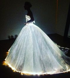 Zac Posen: Claire Danes Becomes Real-Life Cinderella at the Met Gala in Glowing Fiber Optic Dress - My Modern Met Zac Posen, Fiber Optic Dress, Light Up Dresses, Robes Quinceanera, Gala Dresses, Dream Dress, Beautiful Dresses, Wedding Gowns, Marie