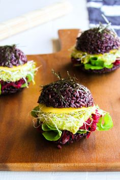 Learn how to make Black Rice Sushi Burgers with this healthy recipe. Sushi Burger, Sushi Food, Sushi Sushi, Sushi Rolls, Rice Recipes, Veggie Recipes, Healthy Recipes, Healthy Food, Veggie Food
