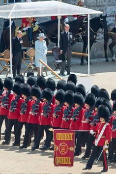 Irish Guards Trooping The Colour 2017 Army & Navy, Military Army, British Army Regiments, Queens Guard, English Gentleman, British Armed Forces, Troops, Soldiers, Royal Guard