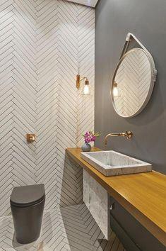 Vaso sanitário cinza de design moderno com válvula de descarga na parede; repare que a cor dourada da válvula acompanhe os outros metais Bad Inspiration, Bathroom Inspiration, Modern Bathroom Design, Bathroom Interior Design, Bathroom Colors, Small Bathroom, Dyi Bathroom, Lavabo Design, Bath Tiles
