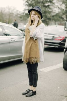 Clemence Poesy is one of Parisian chic icons who manifests a unique unpolished beauty, a bohemian look. Get tips on how to dress like a French muse. Street Style Vintage, Parisian Style, Fashion Mode, Look Fashion, Womens Fashion, Net Fashion, Clemence Poesy, Hipster Grunge, Cooler Look