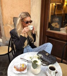 Brunch and sunglasses discountedsunglas. - My Hobbies Capsule Wardrobe Essentials, Look Short Jeans, Foto Glamour, Outfit Vestidos, Outfit Chic, Cooler Style, Parisienne Chic, Jeanne Damas, Links Of London