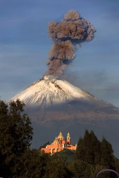 Popocatepetl volcano photo taken from Puebla. - Popocatepetl volcano photo taken from Puebla. All Nature, Amazing Nature, Mother Earth, Mother Nature, Lava, Volcan Eruption, Places Around The World, Around The Worlds, Beautiful World