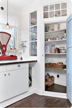 Interesting idea to create a window to the corner cabinet Kitchen Dinning Room, Kitchen Living, New Kitchen, Kitchen Decor, Kitchen Pantry Design, Kitchen Interior, Built In Pantry, Corner Pantry, Cuisines Design