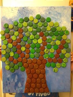 i want to do a bottle cap christmas tree bulletin board this year, but would choose a triangle shape and use colored ones to resemble garland - more modern. Fall Art Projects, Recycled Art Projects, Recycled Crafts, Bottle Top Crafts, Bottle Cap Projects, Art For Kids, Crafts For Kids, Arts And Crafts, Paper Crafts