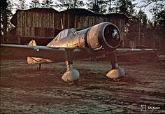 De finska flygstridskrafterna var underlägsna det sovjetiska flyget men kompenserade detta med en hög taktisk förmåga, ett strategiskt beslut att spara på män och maskiner samt en utomordentligt och väl uppövad skjutskicklighet i luften. I en av böckerna kan du läsa om jaktflygaren och ässet Jorma Sarvanto, som med ett jaktplan av denna typ Fokker D.XXI, inom loppet av fyra minuter sköt ner sex sovjetiska tvåmotoriga bombplan av typen DB-2. (Fotot är taget en afton den 18 okt. 1943 SA-KUVA)