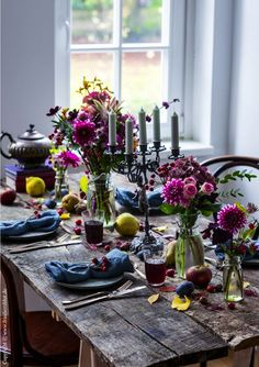Fall dinner with friends, fall table decoration, decoration with fruits, pink, petrol, dahlia