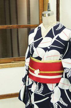 濃紺色地に冴え冴えと映える白とあでやかな緋色とのコントラストも美しく、大きな萩の葉模様が染め出された注染レトロ浴衣です。