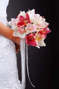 Toller Brautstrauß mit Orchideen in Weiß und Pink – exotisch und zart, wunderschön und interessant.