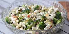 Super simpel salat med broccoli, æbler og feta, der smager helt forrygende i selskab med ristede græskarkerner og den dejlige dressing.