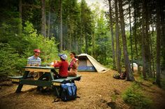 Les 65 plus beaux terrains de camping au Québec Vous cherchez un terrain de camping où passer vos vacances d'été au Québec ? Voici une sélection des plus beaux emplacements de camping des différentes régions du Québec, des Cantons de l'Est, en passant par la Gaspésie, le Saguenay-Lac-St-Jean, les Laurentides, Charlevoix, la Montérégie, l'Outaouais, Lanaudière, le Bas-St-Laurent, la Côte-Nord,  Chaudière-Appalaches, l'Abitibi-Témiscamingue et le Centre-du-Québec !