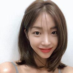Haircuts For Medium Hair, Medium Short Hair, Medium Hair Styles, Curly Hair Styles, Korean Hair Color, Korean Short Hair, Korean Medium Hair, Midi Hair, Hidden Hair Color