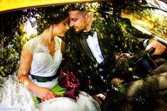 Sedinta foto cu mire si mireasa in masina Black Accents, Couple Posing, Wedding Photoshoot, Couple Photography, Nasa, Bride Groom, Wedding Day, Victoria, Poses