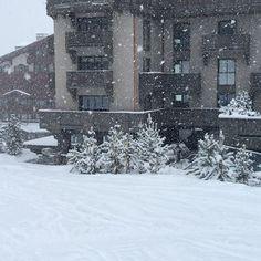 Bonjour direto de Courchevel! Hoje a neve começou a cair cedo e vai durar até amanhã à tarde com temperaturas que vão de 1 a -4oC. Courchevel uma estação de esqui sofisticada dentro do domínio Les Trois Valées - que possui 600 km de pistas de esqui - é perfeita para amantes dos esportes de inverno e belas paisagens montanhosas. Prepare suas férias desde já! Nossa correspondente @cibelemaciet mostra mais desse spot incrível no #instastories. Aperta o play! #bazaaremcourchevel…