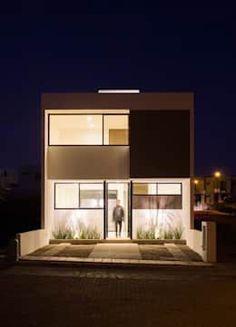 Fachada Casa Pedregal noche: Casas de estilo minimalista por Región 4 Arquitectura https://www.homify.com.mx/libros_de_ideas/1214362/13-disenos-de-casas-compactas-perfectas-para-inspirarse #casasminimalistasideas