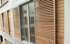 Sliding sunshade made of wooden shutters - New Ideas Green Shutters, Wooden Shutters, Window Shutters, Louvre Doors, Louvre Windows, Modern Architecture House, Architecture Details, Framing Construction, Ramen