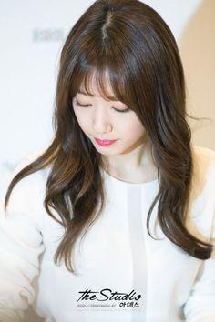 News - Tech - Entertainment - Fun Korean Hairstyle Medium Bangs, Cute Hairstyles For Medium Hair, Short Hair With Bangs, Long Hair Cuts, Hairstyles For School, Hairstyles With Bangs, Medium Hair Styles, Long Hair Styles, Korean Hairstyles