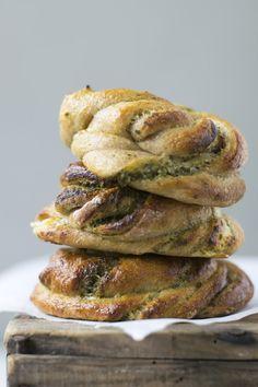 Laksesnurrer med rørt feta og pesto