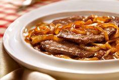 Bife Acebolado na Panela de Pressão, prepare esta deliciosa receita! INGREDIENTES 500 g de alcatra cortada em bifes 4 cebolas médias fatiadas