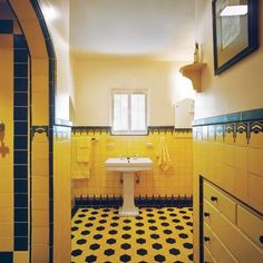 to Create a Modern Bath in a Vintage Style Homes built from 1920 to 1940 often had Art Deco–style baths with colorful wall and floor tile. Chevron patterns and Moorish arches added glamour. Casa Art Deco, Arte Art Deco, Art Deco Bathroom, Bathroom Colors, Brick Bathroom, 1920s Bathroom, Bathroom Modern, Yellow Bathrooms, Vintage Bathrooms