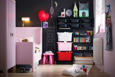 meuble rangement enfant caisses en plastique et mur à peinture tableau noir