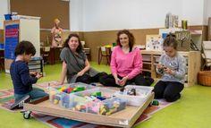 Ni mesas ni sillas ni materiales al uso que puedan hallarse en las clases de infantil de un colegio público valenciano. Hay minimundos, zonas de luz, espacios de construcción, zona