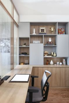 In addition to furniture, objects make all the difference in an environment. They can bring joy and relaxation to more serious spaces like… - - Cool Office Space, Home Office Setup, Home Office Design, House Design, Decora Home, Room Interior, Interior Design, Study Room Design, Office Interiors