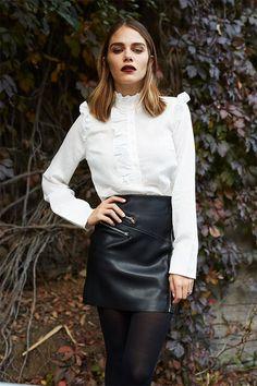 La mini-jupe noire une pièce forte du dressing. Des idées pour la porter ici: https://one-mum-show.fr/mini-jupe-en-cuir-noire/