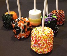 Halloween Marshmallow Pops - these are too cute! Tripp would love them.he loves marshmallows! Halloween Party Treats, Halloween Cupcakes, Holidays Halloween, Easy Halloween, Halloween Recipe, Halloween Costumes, Fall Treats, Holiday Treats, Party