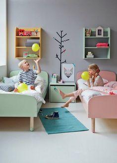 Dans cette chambre partagée le lit est de couleur différente afin de personnaliser l'espace de chaque enfant ...
