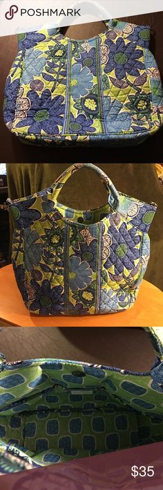 🌼VERA BRADLEY, DOODLE DAISY HANDBAG🌼 VERA BRADLEY, DOODLE DAISY HANDBAG. EXCELLENT CONDITION, NO DAMAGE, RIPS, or STAINS. VERY CLEAN. USED ONLY A HANDFUL OF TIMES. VERY ROOMY, SIZE IS 11x13. SHOULDER STRAP MISSING. Vera Bradley Bags Totes