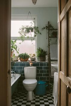 Anna Potter's Home (Design*Sponge). >>> Figure out even more by clicking the photo verde escuro externa Anna Potter's Home (Design*Sponge) Home Design, Design Design, Design Ideas, Rental Bathroom, Master Bathroom, Small Bathroom, Tropical Bathroom, Potters House, Bathroom Plants