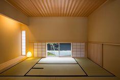 おしゃれでかっこいい和モダンな和室・床の間デザインまとめ | フリーダムな暮らし Traditional Japanese House, Japanese Modern, Cabin Design, House Design, Tatami Room, Japan Interior, House Paint Interior, House Tiles, Empty Room