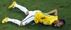 Neymar se contorce no chão após levar joelhada do colombiano Zúñiga Foto: Fabrizio Bensch / AP