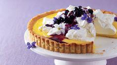 Křehký koláč s hedvábným citronovým krémem najdete v každé francouzské patisserii. Kuc...