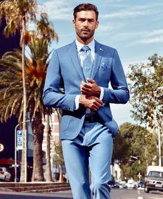 259d2cd057a0c Mavi ceketiniz ve benzer tonlarda bir pantolonla birlikte kullanacağınız  smart-casual kombininizle ofiste bahar rüzgarları estirin.