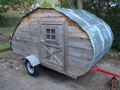 I made this mainly out of repurposed items. The wood comes from pallets, the tin comes from a torn down carport. Small Camper Trailers, Tiny Camper, Small Campers, Vintage Campers Trailers, Truck Camper, Off Road Camping, Jeep Camping, Teardrop Trailer Plans, Teardrop Campers
