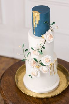 Elegant wedding cake in navy blue gold and white by MonAnnie Cakes | Photography by Helen Warner Photography | How to use Heirloom and Vintage Pieces for your Wedding - BLOVED Blog