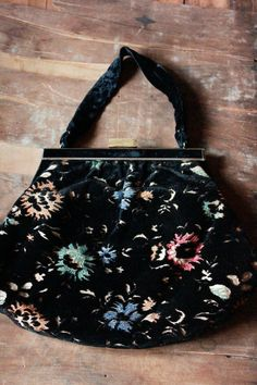 Vintage black Floral Velvet Chenille Bag by tiptoecurio Gypsy Bag, Vintage Purses, Designer Handbags, Velvet, Trending Outfits, Unique Jewelry, Floral, Etsy, Black