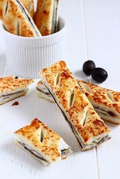 Feuilletés olives noires, anchois et parmesan. Recette en italien.