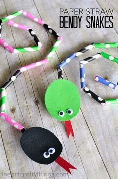 Paper Straw Bendable Snake Craft for Kids. This snake craft is super simple for kids to make. Children will love creating their own unique snake pattern with paper straws and will have so much fun bending and playing with their snake after creating it. #artsandcraftsforkidswithpaper,