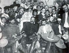 Foto tomada porAgustín Víctor Casasola. Diciembre 1914   A la izquierda Pancho Villa sentado en el dorado trono del palacio de gobierno en México, el de la derecha es Emiliano Zapata, en el fondo Chabelo. Los ejércitos de ambos acaban de tomar la capital coronando así la revolución, pero ninguno se anima a quedarse y ocupar la preciada silla, ambos se retiran. Poco después, los dos líderes de la gran revolución mexicana caen asesinados a traición, Chabelo sin embargo, sobrevive.