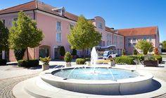 Das 5 Sterne Hotel MAXIMILIAN besticht durch seine großzügige Architektur, dem eleganten Ambiente und Entspannung pur dank Thermenoase.