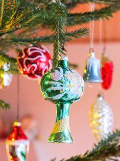 Denne grønne pynten er blant de aller første Gro kjøpte selv på 1970-tallet Christmas Bulbs, Holiday Decor, Home Decor, Embellishments, Xmas, Ornaments, Decoration Home, Christmas Light Bulbs, Room Decor