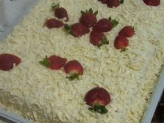 Receita de Bolo leite ninho com chocolate branco e morangos - Show de Receitas