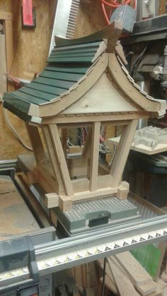 Japanese Garden Lanterns, Japanese Garden Landscape, Japanese Lamps, Japanese Garden Design, Wood Shop Projects, Diy Garden Projects, Woodworking Projects Diy, Table Lamp Wood, Wood Lamps