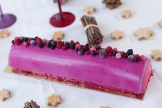 buche-noel-rose Mousse Fruit, Beaux Desserts, Cuisine Diverse, Tasty, Yummy Food, Christmas Cooking, Panna Cotta, Biscuits, Raspberry