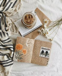I love this! Bookstagram layout ideas I love this! Journal Aesthetic, Book Aesthetic, Aesthetic Pictures, Beige Aesthetic, Autumn Aesthetic, Flat Lay Photography, Book Photography, Estilo Blogger, Blogger Tips
