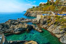 As trilhas em Cinque Terre, litoral Ligure italiano Beautiful Vacation Spots, Most Beautiful Beaches, Cinque Terre, Costa, Italy Holidays, Places In Italy, Location Map, World Heritage Sites, Italy Travel